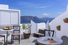 """Die 60 Quadratmeter große """"Mittelmeer Santorini Escape Villa"""" bietet Platz für bis zu 4 Personen. Es hat zwei Schlafzimmer und 2 Badezimmer. In der Villa können Sie die Aussichten auf die Caldera, die Vulkane und auf die Ägäis bewundern. Der 1. Stock bietet ein Queen Size Bett und eine nette Sitzmöglichkeit. Des Weiteren befindet sich hier eine voll ausgestattete Küche, ein Kamin, ein Flat Screen TV und ein Badezimmer mit Dusche. #Ferien #Sommer #Villa #Urlaub #Reisen #Santorini"""