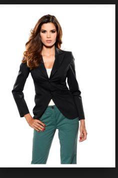 Pour les hôtesses , tailleur pantalon bien coupé ( coupe moderne )  De préférence du bleu marine avec rappels verts ( liserés , pochettes , logo TO ...)  Surtout tissu de qualité si possible indefroissable