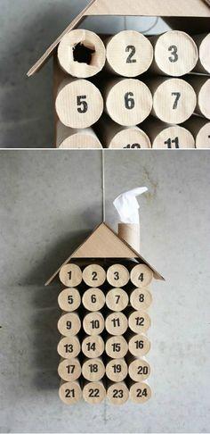 Calendario Adviento hecho a mano con tubos de papel y una pegatina de carton numerada