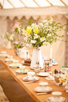 A spring bridal shower is a cute and fun party, and I advise you to have it outside if the weather allows. Here are charming ideas to make the party cool. Tea Party Setting, Spring Wedding Flowers, Spring Weddings, Tea Party Bridal Shower, Wedding Company, Girly, Tea Party Birthday, Vintage Tea, Vintage China