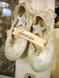 altered ballet slippers using Lisa's tutorial! Oh, I have to do these for my ballerina. Vintage Shabby Chic, Shabby Chic Decor, Botas Art, Pointe Shoes, Ballet Shoes, Ballerina Shoes, Toe Shoes, Vintage Christmas, Christmas Crafts
