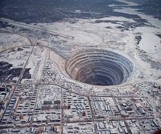 Mir Mine, la miniera di diamanti in Mirny, Siberia orientale, la Russia, con una profondità di 525 metri e un diametro di 1.200 metri. XI   Questo è il  secondo più grande buco scavato nel mondo, ed è ora abbandonato. Lo spazio aereo sopra la miniera è chiusa perché alcuni elicotteri sono stati risucchiati nel buco! Ciò è stato causato da un fortissimo ribasso del flusso d'aria / pressione. Non c'è da meravigliarsi perché la Russia ha un mondo-monopolio sui diamanti.