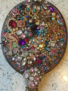 Jewelry Ideas, Jewelry Art, Beaded Jewelry, Vintage Jewelry Crafts, Vintage Jewellery, Diy Home Crafts, Decor Crafts, Picture Frame Decor, Coin Art