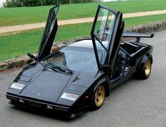 #Lamborghini Countach LP400 S - 1980 Numéro de châssis: #1121154 «Countach!». La légende raconte que c'est par cette expression, typique du patois piémontais et que l'on pourrait traduire maladroitement par «fabuleux», que Nuccio Bertone baptisa ce qui allait devenir l'une des plus incroyables automobiles de la fin du XXème siècle. Vendue aux #encheres le 16/12/12 par Leclere Maison de ventes