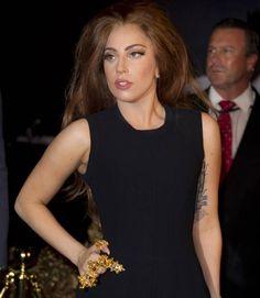 Lady Gaga é tão fã de Michael Jackson que comprou 55 itens do fugurino dele em um leilão:  http://rollingstone.com.br/noticia/lady-gaga-compra-55-itens-do-figurino-de-michael-jackson-em-leilao/