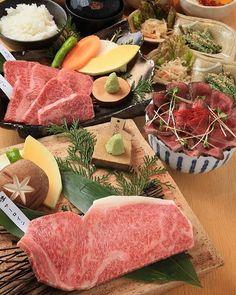 💥緊急大イベント💥 11月29日は一年に一回しかない黒家の肉(29)の日✨✨✨ なんと!!!SNS限定イベントを開催します!!! 11月29日限定でSNS見たよ!と声を掛けて頂いたお客様には ランチ 前菜、サラダ、デザート付きの 豚野郎丼、牛タン丼、まぶし丼、ローストビーフ丼がすべて1129円!!! 炭火焼肉ランチ100gが1480円が1129円! 特上炭火焼肉ランチ100gも1900円が1129円! 夜 飛騨牛一頭買いだからこそ出来る希少部位の食べ比べメニュー 11月29日特別メニュー飛騨牛盛り合わせセット5000円相当をなんと1129円でご提供しちゃいます!!! 条件としてお一人様一杯のドリンク注文 他券併用不可 1組一度限りです 僕は確実に会社から怒られてしまうイベント内容です!!! でもお客様に喜んで頂けるなら、いくらでも怒られます(>_<) 是非多くのお客様に喜んで頂きたいので、拡散をお願い致します。 黒家上野町店では限定の肉ケーキがオススメです!!!ご予約が必要となりますが、クリスマスに喜ばれる事間違いなしです✨✨✨ 是非お試し下さい!…