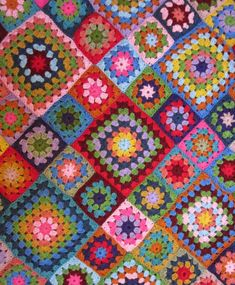 Crochet Granny Square Blankets Wow should I be flattered that another website has pinched my photo and not linked to me? I just did a total double take when I recognised my first granny square blanket! Granny Square Häkelanleitung, Granny Square Crochet Pattern, Crochet Squares, Crochet Granny, Crochet Motif, Knit Crochet, Crochet Patterns, Granny Squares, Crochet Chain