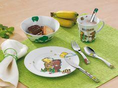 Piękny 7-częściowy zestaw Janosch marki Auerhahn. Zestaw składa się z kubeczka, miseczki, talerzyka, łyżki obiadowej, noża obiadowego, widelca obiadowego oraz łyżeczki do herbaty. Wszystkie elementy zdobione są grafiką o tematyce związanej z wesołymi zwierzątkami. Doskonały pomysł na prezent dla dziecka.