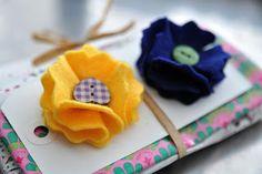 Kijk wat ik gevonden heb op Freubelweb.nl: een gratis werkbeschrijving van Mama is dreaing om deze leuke bloemenbroche van vilt te maken https://www.freubelweb.nl/freubel-zelf/zelf-maken-met-vilt-bloem/