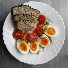 Czy posiadanie dziecka zmienia życie? O tak! Jeśli przeczytasz starsze posty na mój blogu (a są takie osoby dziękuję!) to dowiesz się że nie lubię jajek na miękko. Poprawka! Nie lubiłam. Mój syn za to je uwielbia i to dzięki niemu ja również się do nich przekonałam  Salatka z poprzedniego dnia poleca się do śniadania. #niemarnujejedzenia - a przynajmniej się staram