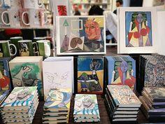 Cuadernos, tazas, posavasos... En la #LibreríaMPM puedes encontrar gran variedad artículos ilustrados con obras de #Picasso, así como una interesante selección de libros de arte para regalar en fechas especiales como hoy, #DíaDelPadre Textiles, Picasso, Cover, Books, Stationery Paper, Coasters, Notebooks, Museums, Mugs