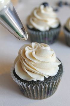Blueberry Blueberry Cupcakes with Brown Sugar Buttercream Blueberry cookies? Baking Cupcakes, Yummy Cupcakes, Cupcake Recipes, Cupcake Cakes, Dessert Recipes, Buttercream Cupcakes, Just Desserts, Delicious Desserts, Yummy Treats