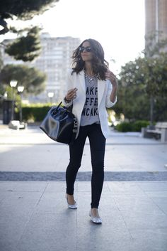 White blazer, graphic tee, statement necklace, black skinnies & flats love the whole look Look Fashion, Fashion Outfits, Womens Fashion, Classy Fashion, Curvy Fashion, Fall Fashion, Fashion Trends, Look Legging, Casual Outfits