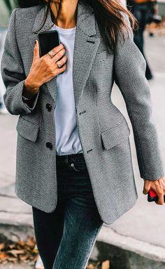 Maxi Blazer com estampa vichy combinado com calça jeans e T-shirt branca.