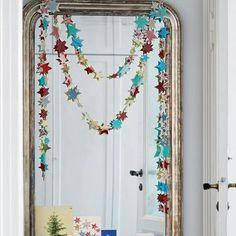 Découper une guirlande d'étoiles en papier recyclé / A garland made of recycled paper