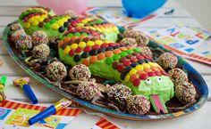 Vill du göra succé på nästa barnkalas? Ja då ska du baka en slingrig och färgglad ormtårta. Barnens glädje och stora nyfikna ögon när denna tårta dukades fram var oslagbar. En tårta som sätter igång fantasin hos de små. Det som gör det hela ännu bättre att den inte är svår att baka. Ormtårta, ca …