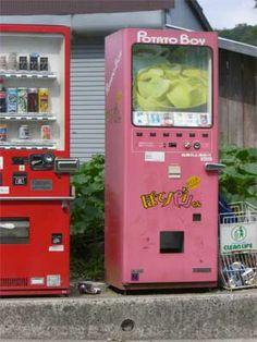 兵庫県 吉川で発見(某学校の門の前)。お菓子の販売機。東海の業者さんの自販機だと思うので、関西で見かけるのは珍しい?  Japanese potato chips vending machine,rare, I have never seen. some place has...