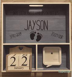 Stoer grijs geboortebord van Jayson. Met lieve babyvoetjes, fotolijstje en datumblokjes. DIY.