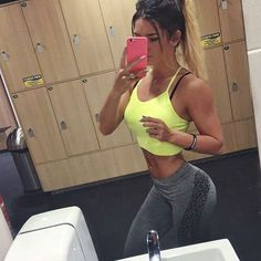 Booty training ce matin pour moi Grosse congestion en fin de séance, on aime ☝️Au fait ! Je vous l'ai déjà dit sur Snapchat ( mmjbarbie) mais je suis passé à 70kg au squat, j'ai fais en 6x10 après un échec à 100kg j'aurai essayé hein ! Pour bientôt j'espère Bonne journée (Brassière : @supremebody & legging : @primark ) #fitgirl #motivation #mmjhottie #squats #shape #fit #bootybuilding #bootyday #fitlife #gymlife #body