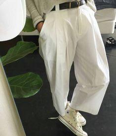 La comodidad de los pantalones pinzados nos da la soltura de movimientos que también hace al estilo.