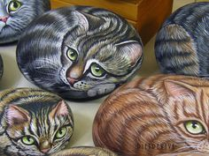 Kitties, hand painted on stone by Ernestina Gallina, Pietrevive Rock Art, Italy. https://www.facebook.com/pietrevive.ernestina/
