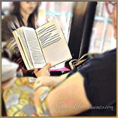 Buenos días y #FelizLunes seguro que lleno de grandes #libros y buenas historias. #GenteLeyendo Cualquier momento y lugar es bueno para leer.  #LibrosALB #ClubLiterario #libro #librosgram #book #books #bookstagram #booklover #librosrecomendados #peoplereading #queleer #instabook #read #reading #readingtime #likebook #leer #ClubDeLectura  #bookworm #readinglist #BuenosLibros #ComunidadDeLibros #bus