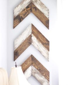 DIY Chevron Wooden Arrows : Painting & Distressing - home improvements - Wooden Decor, Diy Wall Decor, Wooden Diy, Wooden Crafts, Pallet Art, Diy Pallet Projects, Woodworking Projects, Diy Projects With Wood, Woodworking Clamps