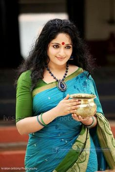 Kavya Madhavan, de India, vistiendo un sari. Beautiful Girl Indian, Beautiful Girl Image, Most Beautiful Indian Actress, Beautiful Saree, Beautiful Images, Indian Beauty Saree, Indian Sarees, Bengali Saree, Bollywood Saree