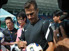 Cannavaro đá hỏng penalty trên sân Thống Nhất - Thể thao - Zing.vn