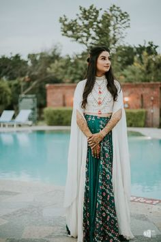 A Pretty Corbett Wedding With A Bride In A Stunning Floral Lehenga Um casamento bonito de Corbett com uma noiva em um impressionante Lehenga Floral Designer Party Wear Dresses, Indian Designer Outfits, Indian Outfits, Choli Designs, Lehenga Designs, Blouse Designs, Stylish Dresses, Fashion Dresses, Floral Fashion