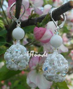 Snow white beaded bead earrings. Designed and made by HTünde (Beaddict).