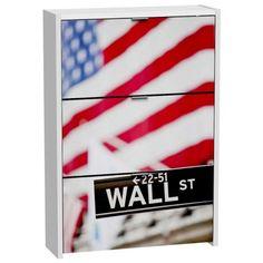 Fantástico Mueble Zapatero donde podrás todos tus zapatos y darle una decoración bonita a ese espacio o habitación donde lo quieres poner. Tiene una bonita impresión de la bandera americana y placa de la famosa calle Wall Steet ideal para los amantes de Nueva York.