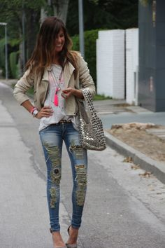 DIY the bag, the jeans, the T-shirt, the necklace, the belt, even the Ombre hair!!!  Amazeballs!!!  LOVE it all!!  ethnic jeans and leather jacket | mytenida en stylelovely.com