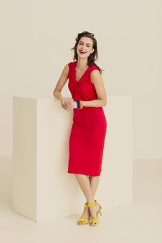 Deze jurk is een getailleerd model met een halslijn waarin een draaidetail zit. Meteen een bijzondere jurk!