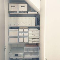 女性で、のセリア/無印良品/収納/階段下収納/棚についてのインテリア実例を紹介。「階段下収納を見直し。前回の無印週間でファイルボックスを買い足しました。これまで段ボールボックスにまとめてポイポイ入れていたものを、ファイルボックスに細かく分類して入れることで、取り出しやすく片付けやすくなりました(*^^*)」(この写真は 2015-10-29 10:01:38 に共有されました)