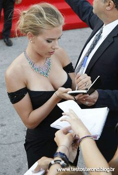 Scarlett Johansson oozes Hollywood glamour in an off-the-shoulder gown at the Venice Film Festival premiere of Under The Skin Beautiful People, Most Beautiful, Beautiful Women, Gorgeous Body, Absolutely Gorgeous, Dahlia Noir, Don Jon, Venice Film Festival, Olivia De Havilland