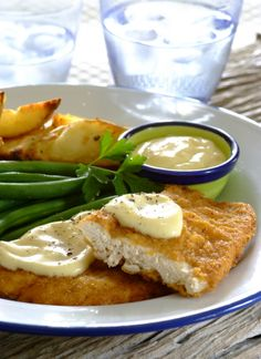 Crispy chicken schnitzel with cheese sauce: so easy to make with new Crispy & Tasty chicken coating! To make the dip, simply mix the contents of the smaller pocket with light mayonnaise. Easy Cooking, Cooking Tips, Cooking Recipes, Champion Chicken, Easy Dinner Recipes, Yummy Recipes, Chicken Schnitzel, Crispy Chicken, Cheese Sauce