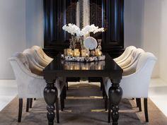 Donkere kleuren staan prachtig in een klassiek interieur. Deze klassieke eetkamerstoelen komen volledig tot hun recht in een ruime woonkeuken. De donkere, grote tafel maakt het geheel helemaal af.