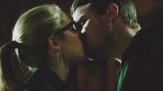 Arrow - Oliver & Felicity - Olicity kiss deleted in 2x23!