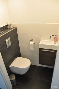 Space-saving toilet design for small bathrooms - Home to Z. Space-saving toilet design for small bathrooms - Home to Z. smalltoiletroomsmalltoiletroomSpace-saving toilet design for small bathrooms - at home for Z Space-saving toilet design for Small Toilet Room, Guest Toilet, Downstairs Toilet, Wc Design, Toilet Design, Modern Bathroom Design, Bathroom Interior, Understairs Toilet, Understairs Ideas