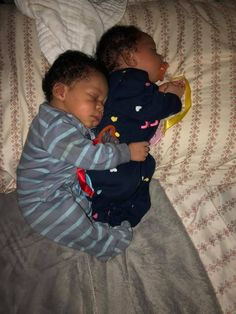 twin baby new borns ahhhhhh Cute Mixed Babies, Cute Black Babies, Beautiful Black Babies, Cute Little Baby, Pretty Baby, Cute Baby Girl, Little Babies, Baby Love, Baby Kids
