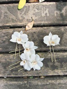 Grampinhos de orquídeas brancas da lojinha Almost Real Flowers Art, no Etsy