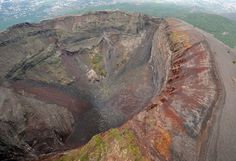 We climbed to the top of Mt. Vesuvius in the Gulf of Naples. Puerto Princesa, Cool Landscapes, Beautiful Landscapes, Isla Jeju, Pompeii And Herculaneum, World Heritage Sites, Places To See, Beautiful Places, Volcanoes