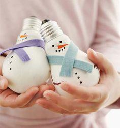 DIY light bulb snowmen Christmas tree ornament - recycling // Hóemberes karácsonyfadíszek kiégett villanykörtékből - újrahasznosítás // Mindy - craft tutorial collection // #crafts #DIY #craftTutorial #tutorial #ChristmasCrafts #Christmas