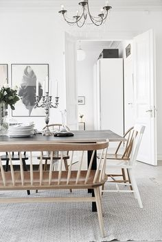 I found this apartment for sale at Alvhem and really like the feel to it. It has got some ideas to steal, like the picture wall. The apartment is mostly white, but it has nice colour details in form of wooden chairs and the nude coloured poster. It doesn't...