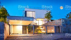 Familia moderna fachada del hotel al anochecer royalty-free stock photo