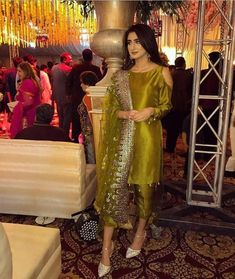 Haute spot for Indian Outfits. Shadi Dresses, Pakistani Formal Dresses, Pakistani Dress Design, Pakistani Couture, Bridal Mehndi Dresses, Desi Wedding Dresses, Party Wear Dresses, Pakistani Fashion Party Wear, Pakistani Wedding Outfits