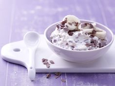 Süße Frischkäse-Bananen-Creme - mit Schokoraspeln - smarter - Kalorien: 100 Kcal - Zeit: 10 Min. | eatsmarter.de