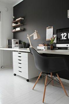 lampe de bureau articulée en bois clair, chaise noire, chambre en noir et gris