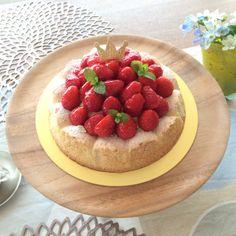 そろそろ苺の季節も終盤になり、小粒の苺が安価で出回るようになりました。 卵白とアーモンドパウダーを使った、軽い食感のダクワーズにたっぷりのクリームと小さい苺を盛り付けた春のケーキです´◡`